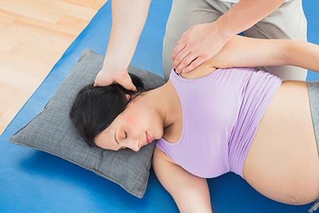 Contraindicaciones del masaje tailandés y ajustes personalizados para cada caso: algunos movimientos como los de la mano y los pies pueden ser perfectamente aplicados.