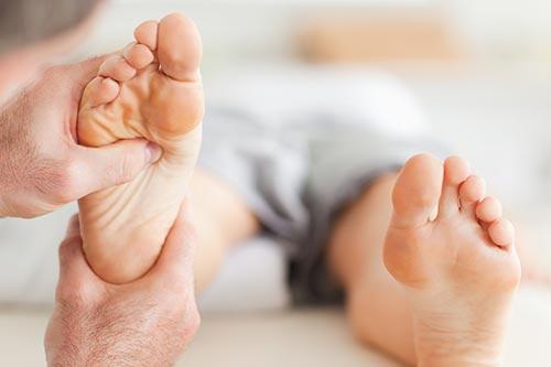 La reflexología podal oriental actúa en las zonas reflejas de los pies.