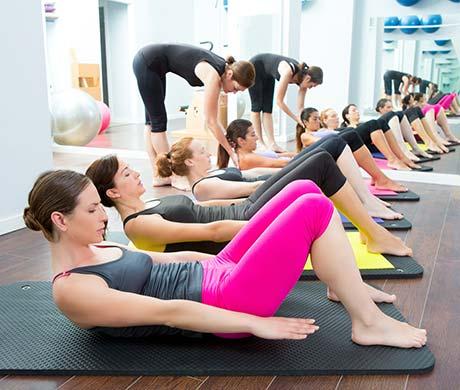 Clase de Pilates suelo en grupo.