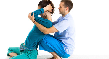 como-ayuda-el-masaje-tailandes-a-tratar-las-contracturas-musculares-en-la-espalda03