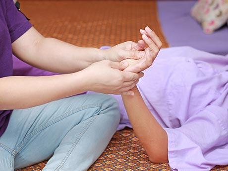 Las contraindicaciones del masaje tailandés en el embarazo pueden recalcularse ajustando los movimientos y evitando determinados puntos distales que podrían provocar un parto prematuro.