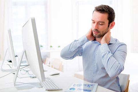 Remedios para el dolor de cuello por mala postura: sentarse correctamente y masaje tailandés.
