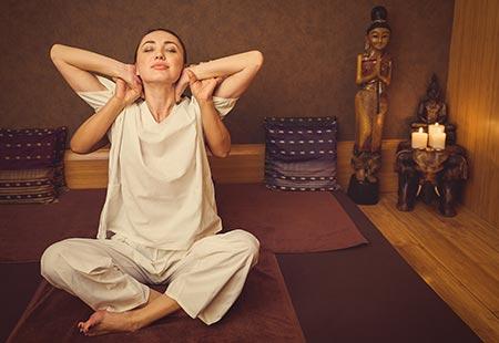El masaje tailandés consiste en una delicada tabla de estiramientos y presiones.