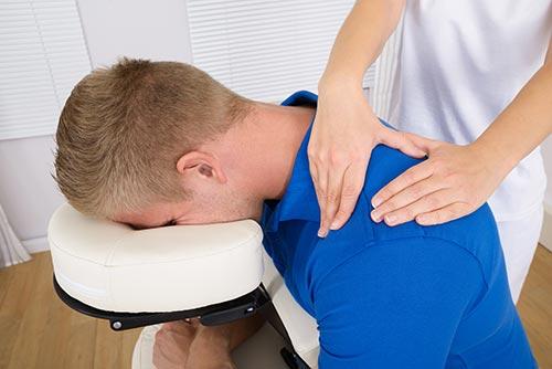 El masaje Tuina en Madrid puede aplicarse sentado o de pie.