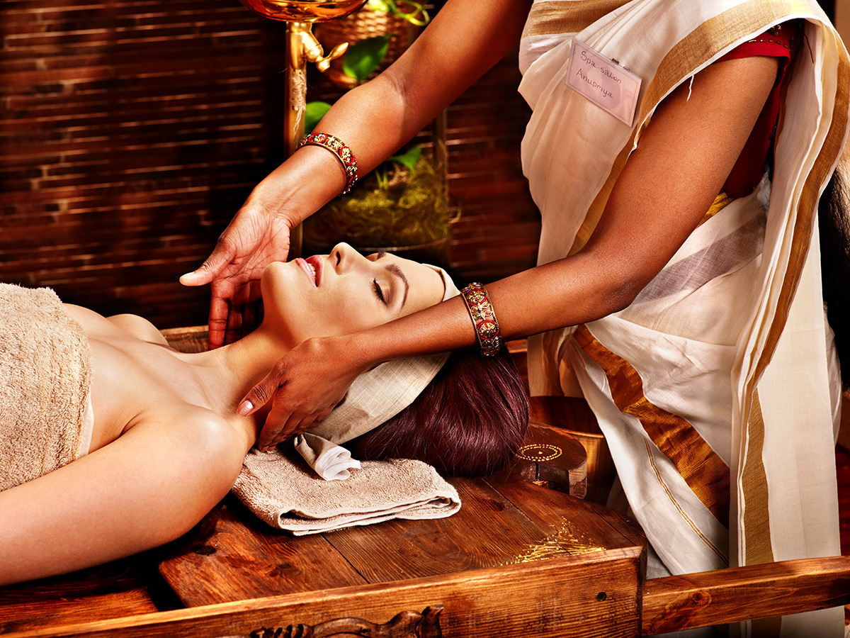 ¿Qué es el Ayurveda? La medicina hindú que busca sanar mediante masajes, tratamientos a base de hierbas y dieta personalizada.