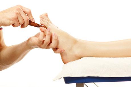 Así es una sesión de reflexologia de pies y manos en nuestro centro de masaje tailandés en Madrid.