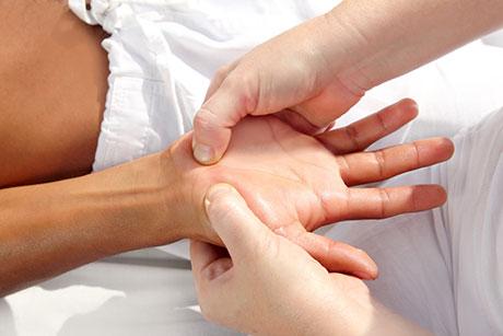Una sesión de reflexología de pies y manos completa con presión sobre diferentes puntos de acupuntura en las manos.