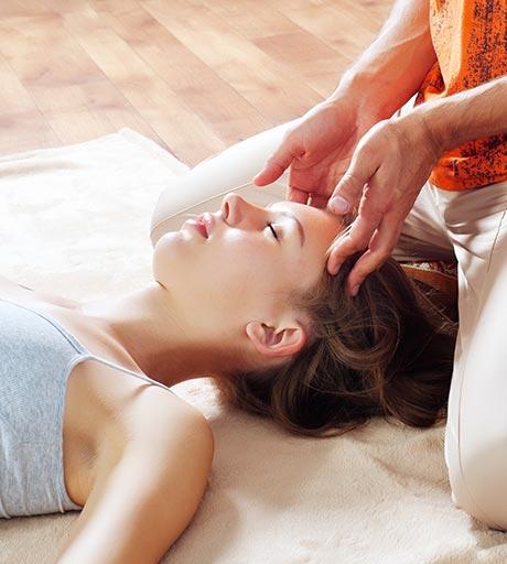Los remedios para la migraña con masaje thai permiten al terapeuta desbloquear los canales de energía obstruidos.