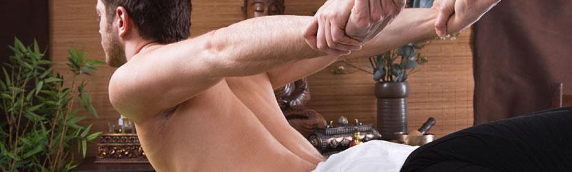 Tratamiento de contracturas musculares con masaje tailandés en centro de terapias alternativas con técnicas manuales de sanación.