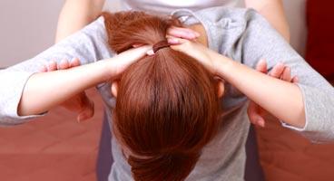 tratar-dolor-de-cervicales-aplicando-masaje-tailandes