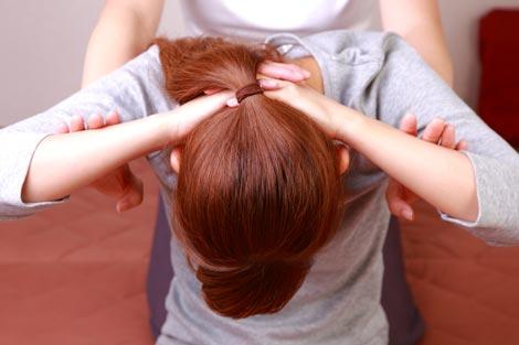 Cómo tratar dolor de cervicales aplicando sesiones de masaje tailandés en el paciente.