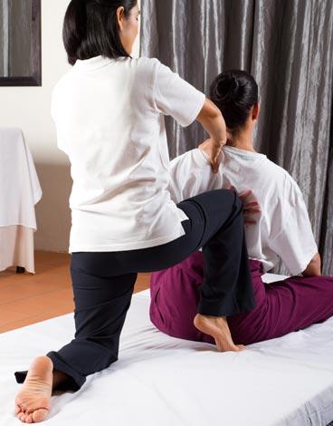 Tratar dolor de cervicales con masaje tailandés es una terapia alternativa muy eficaz que mejora salud y mente.