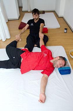Masaje tailandés para contracturas musculares de espalda